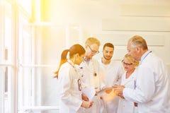 Doutores na equipe durante a reunião fotos de stock