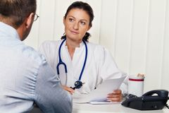 Doutores na prática médica com pacientes. Fotos de Stock