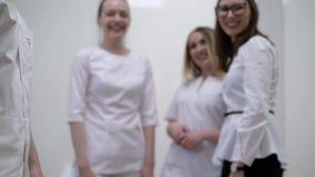 Doutores no aperto de mão do hospital video estoque