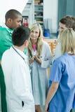 Doutores novos que discutem no hospital Imagem de Stock Royalty Free