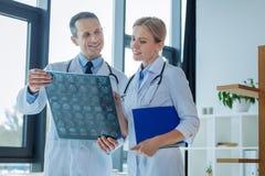 Doutores positivos deleitados que estão junto Fotografia de Stock Royalty Free