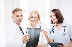 Doutores que olham o raio X fotografia de stock
