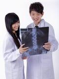 Doutores que olham raios X em um hospital foto de stock royalty free