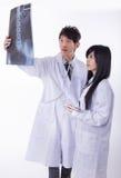 Doutores que olham raios X em um hospital fotos de stock royalty free