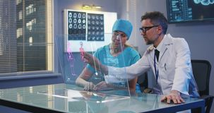 Doutores que usam a tela de exposição holográfica filme