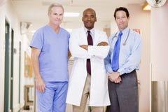Doutores Standing Um Hospital Fotos de Stock Royalty Free