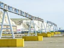 Douvres, Angleterre - 16 décembre 2014 : Voitures queing dans le port de Douvres pour monter dans les ferries Photographie stock