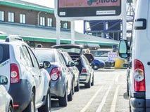 Douvres, Angleterre - 16 décembre 2014 : Voitures queing dans le port de Douvres pour monter dans les ferries Image stock