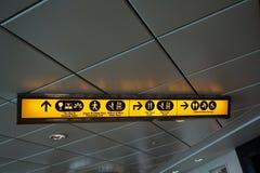 DOUVRES, KENT, ANGLETERRE, LE 10 AOÛT 2016 : Signaux de direction aux équipements de passager sur le ferry à travers la Manche au Photos stock