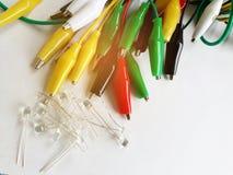 Doux abstrait brouillé et foyer mou multicolore des brucelles avec le fil électrique, LED sur le fond blanc avec la lumière de fa Photographie stock libre de droits