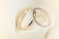 Doux brouillé de l'anneau de mariage sur un fond de style de couleur en pastel de rose Image stock