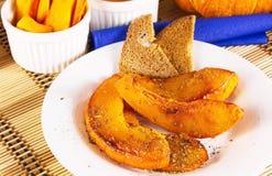 Doux de potiron frit avec des épices a assaisonné avec la nourriture maison-cuite traditionnelle d'épices photos stock