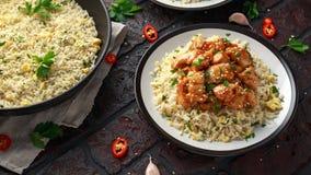 Doux de poulet orange et aigre ?pic?s avec du riz d'oeufs au plat photo libre de droits