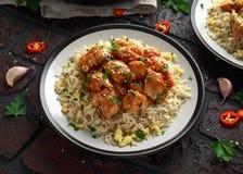 Doux de poulet orange et aigre ?pic?s avec du riz d'oeufs au plat image libre de droits