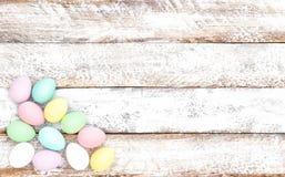 Doux en pastel de fond en bois de décoration d'oeufs de pâques Image stock