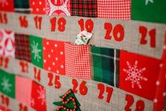 Doux et calendrier de Noël de textile avec des poches sur le mur Photographie stock
