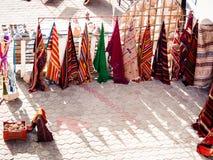 Douz no quadrado de Tunísia com as lojas de artigos tradicionais Imagem de Stock