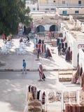 Douz no quadrado de Tunísia com as lojas de artigos tradicionais Imagens de Stock