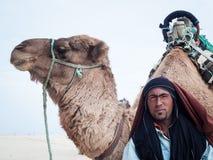 Douz, Tunísia, retrato do camelo e de seu motorista do camelo Fotografia de Stock Royalty Free