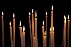 Douzaine de éclairent de grandes bougies Photographie stock