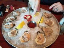 Douzaine huîtres par la mer Image stock