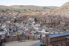 Douzaines de maisons rudimentaires sur la pente d'une montagne dans Puno photo libre de droits