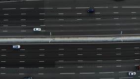 Douze vue aérienne d'autoroute de 12 ruelles avec beaucoup de camions et voitures passant par et conduire à l'endroit banque de vidéos