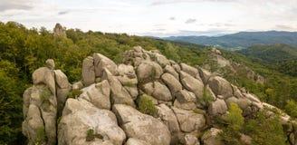 Dovbush vaggar i Bubnyshche - ett legendariskt ställe, den forntida grottakloster i fantastiska stenblock under härliga sceniska  arkivfoton