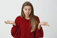 Dove è andato Ritratto del modello femminile europeo adorabile di sorpresa confusa con capelli giusti in maglione sciolto rosso Immagine Stock Libera da Diritti
