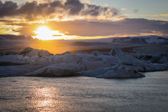 Dove il ghiacciaio incontra il mare - il ³ n del rlà del ¡ di Jökulsà al tramonto Fotografia Stock Libera da Diritti