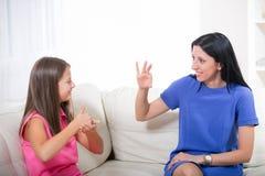 Dove meisje het leren gebarentaal Stock Foto
