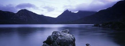 Dove See und Aufnahmevorrichtungsberg Tasmanien Stockfoto
