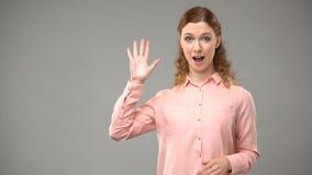 Dove vrouw die, asl leraar die woorden in gebarentaal, leerprogramma tonen tot ziens ondertekenen stock videobeelden