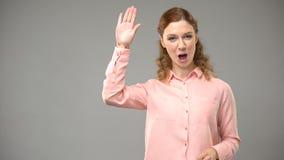 Dove vrouw die hello, asl leraar die woorden in gebarentaal, leerprogramma tonen ondertekenen stock footage