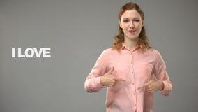 Dove vrouw die het liefdeleven in gebarentaal, tekst op achtergrond, mededeling zeggen stock videobeelden