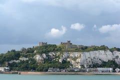 Dover Castle e os penhascos brancos imagem de stock