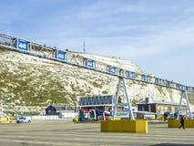 Dover England - December 16, 2014: Bilar som queing i porten av Dover för att få på färjorna arkivbilder