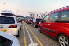 Dover England - Juli 27 2018: Bilar på färjaporten i ottan som väntar för att stiga ombord den arga kanalfärjan royaltyfri fotografi