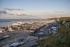 Dover/England - Juni 12, 2011: Första färjor som lämnar Dover i morgonen Royaltyfri Bild