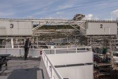 Dover/England - Juni 12, 2011: Turist på färjan i Dover, England som väntar för att korsa kanalen Royaltyfri Bild