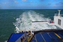 DOVER, KENT, ENGELAND, 10 AUGUSTUS 2016: Het kielzog en de achtersteven van de P&O-veerboot van het Veerboten dwarskanaal aan Fra Stock Afbeelding