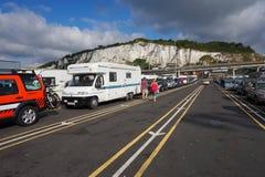 DOVER, KENT, ENGELAND, 10 AUGUSTUS 2016: Vakantiegangersauto's die de dwarskanaalveerboot aan Frankrijk een rij vormen in te sche Royalty-vrije Stock Foto