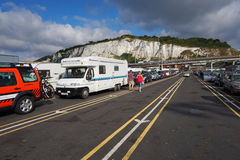DOVER, KENT, ENGLAND, AM 10. AUGUST 2016: Urlauberautos, die anstehen, um die Kanalfähre nach Frankreich zu verschalen Lizenzfreies Stockfoto