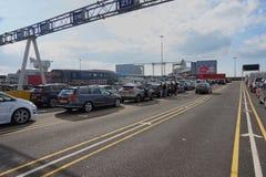 DOVER KENT, ENGLAND, AUGUSTI 10 2016: Holidaymakersbilar som köar för att stiga ombord den arga kanalfärjan till Frankrike Royaltyfri Fotografi