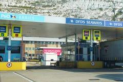 DOVER KENT, ENGLAND, AUGUSTI 10 2016: Kontrollera in punkter för färjan för kanalen för DFDS-sjöväg- och P&O-färjakorset till Fra Arkivbilder