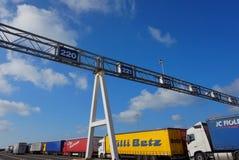 DOVER KENT, ENGLAND, AUGUSTI 10 2016: Lastbilar, lastbilar och kommersiella medel som köar för att stiga ombord den arga kanalfär Royaltyfri Foto