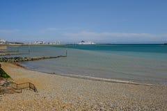 Dover, Kent, het UK - 17 Augustus, 2017: Het strand en de haven van Dover met F Royalty-vrije Stock Afbeeldingen