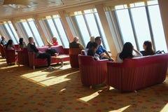 DOVER, KENT, INGLATERRA, EL 10 DE AGOSTO DE 2016: Los pasajeros en la familia gandulean área de la barra en el transbordador a tr Imagenes de archivo