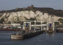 Dover slott och dover port, Kent, England arkivfoton