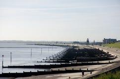 Dovercourt海滩看法与防堤的 免版税库存图片